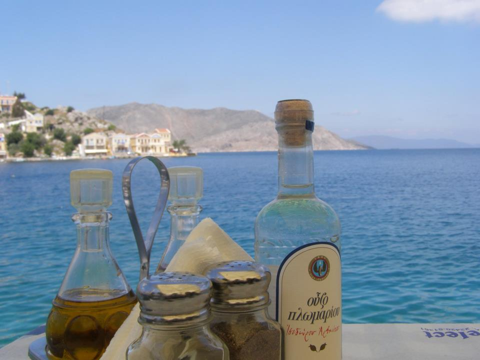 ouzo table How to behave when you are invited in a Greek house for food