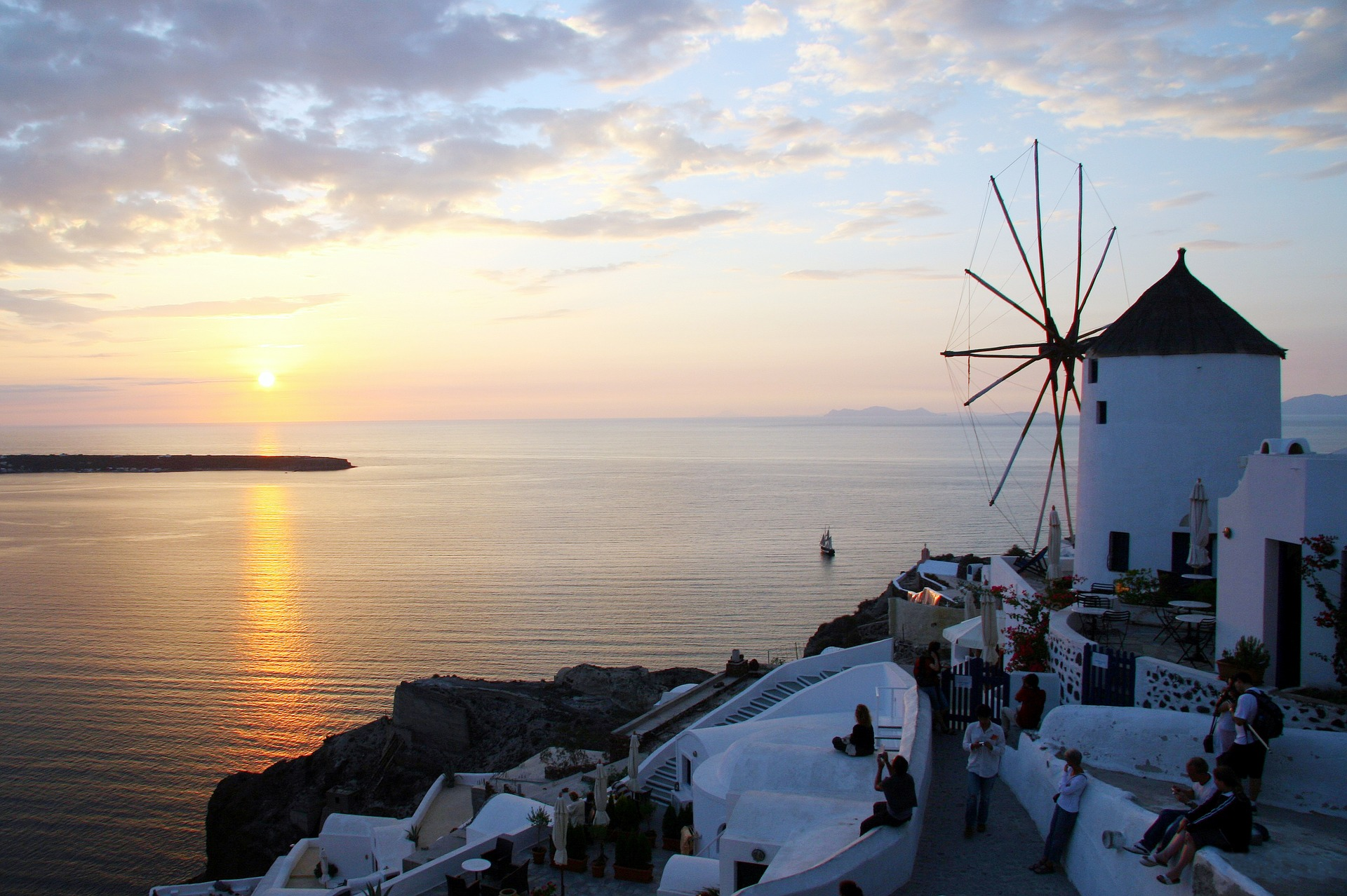 santorini 1704844 1920 Your Useful Guide to Exploring the Ancient Wonders of Greece